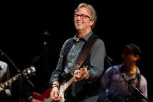 Clapton rit et gratte