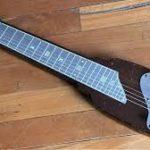 The Edge joue avec une Lap Steel