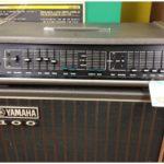 Gilmour joue avec un Yamaha PE 200A