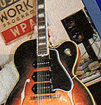 Ry Cooder joue avec une Gibson ES-9