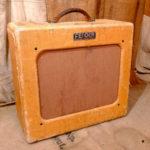 Moore joue avec un Fender Deluxe 52