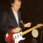 Knopfler joue sur une Schecter Strat n°S8218