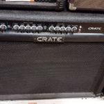 Knopfler joue avec un ampli Crate