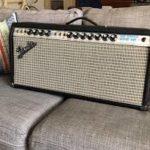 Dick Dale joue avec un Fender Dual Showman Reverb