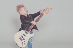Baby fait de la guitare