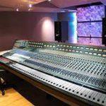 Jack White joue avec une Console mixage Neve - Wikipedia
