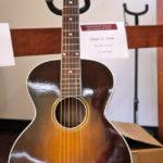 Jack White joue avec une Gibson L-1
