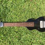 Frusciante joue aussi avec un Lap Steel Gibson
