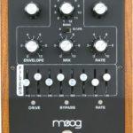 Frusciante joue avec une Moog MF-105