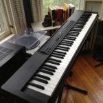 Lou Reed joue avec un Yamaha_P80_Digital_Piano-wikimedia commons